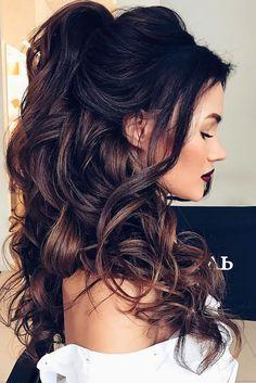 lange Haare, lockige Haare auf einem Pferdeschwanz prächtige Frisur Brautjungfer