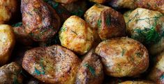 This is how to make the most crispy potatoes. Mmm, we love baked potatoes! Add some salt, pepper and a bit of rosemary, and it's a true party on our plate. Cooking Roast Potatoes, Crispy Potatoes, Twice Baked Potatoes, Roasted Potatoes, Cooking Steak, Oven Cooking, Camping Cooking, Cooking Liver, Cooking Burgers