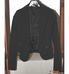 Elegante giacca Bettyblu nera, a tinta unita, con monopetto, bottoni, multitasche, maniche lunghe, interno foderato e  vestibilità ridotta (composizione: 95% poliestere, 5% elastam).