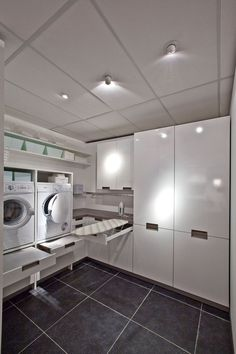 mooi georganiseerde bijkeuken met ruimte voor de wasmachine en droger