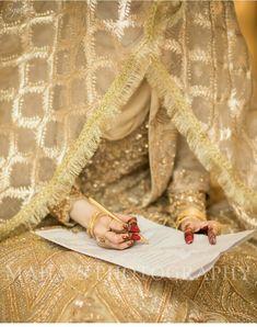 At nikah session Bridal Dupatta, Bridal Mehndi Dresses, Nikkah Dress, Pakistani Wedding Outfits, Bridal Outfits, Pakistani Dresses, Nikah Ceremony, Pakistan Wedding, Hijab Bride