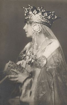 Queen Marie of Romania Gallery / Queen Marie Wearing Crown Postcard Royal Crowns, Tiaras And Crowns, Queen Mary, King Queen, Queen Mother, Romanian Royal Family, Elisabeth I, Art Deco Hair, Royal Jewelry