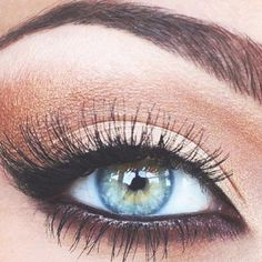 natural eyeshadow with dark eyeliner... perfect