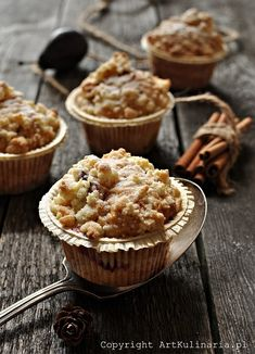 Plums and Cinnamon Muffins. Plum and Cinnamon Muffins with crumble. (in Polish) Cinnamon Crumble, Cinnamon Muffins, Cupcake Photography, Food Photography, Mini Pies, Beautiful Cakes, Brunch Recipes, Sweet Tooth, Sweet Treats