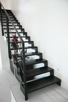 L'Agence SOY Architecture a choisi Escaliers Décors® (www.ed-ei.fr) pour réaliser les escaliers d'une réhabilitation et extension à Marseille. Un escalier droit et un escalier 2/4 tournants sans poteau de balancement au design contemporain. Le choix des marches s'est porté sur une exclusivité d'Escaliers décors®, les marches Nanoacoustic® tôle lisse. Elles permettent de faire le choix d'un escalier tout métal sans résonance.