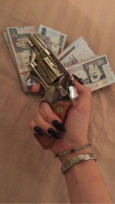 Girl with a gun & money Fille Gangsta, Gangster Girl, Guns And Ammo, Thug Life, Girl Gang, Swagg, Mafia, Baddies, Firearms