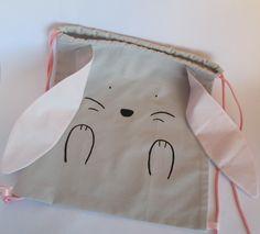 Sac à dos enfant - thème lapin gris et rose. 16,50 euros  A retrouver sur ma boutique : https://lesbobinettes83.patternbyetsy.com