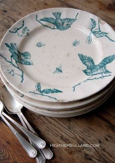 antique teal and white bird plates 😊 the things I would do gor pretty dishes! Vintage Plates, Vintage Dishes, Vintage China, Vintage Kitchen, Old Plates, Antique Dishes, Antique Plates, Vintage Tableware, Antique Pottery