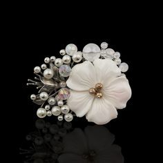 장옥정, 콩크쉘꽃 진주 브로치 Hair Jewelry, Beaded Jewelry, Jewellery, Korean Products, Korean Traditional, Wire Art, Hanfu, Diy Projects To Try, Ikebana