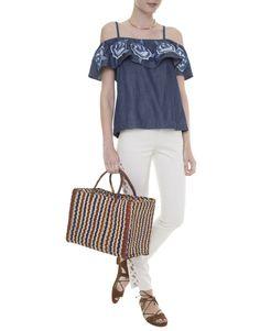 Top jeans bordado Mixed decote ombro a ombro, calça skinny branca com recortes laterais, bolsa de palha listrada marinho e marrom Nannacay, sandália gladiadora marrom, colar dourado.