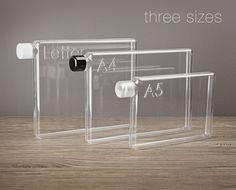 Garrafas em formato de papel, práticas para levar na pasta ou na mochila :D
