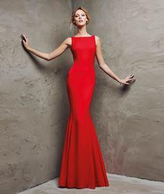 Imagen 179 Laisma: Vestido de fiesta largo en color rojo y línea sirena de Pronovias 2016   HISPABODAS