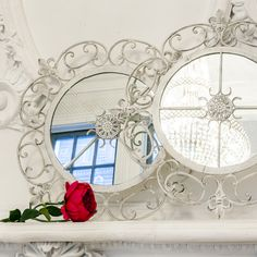 """Зеркало """"Винтаж"""" позволит Вам воссоздать изысканную атмосферу в интерьере. Чудесное круглое настенное зеркало обрамлено искусно состаренной белой рамой. Это зеркало, словно инкрустированное винтажным кружевным декором из металла, непременно придаст актуальный шарм Вашему дому. #зеркало, #декор, #интерьер, #французскийстиль, #прованс, #provence, #mirror, #frenchstyle, #decor, #interior, #objectmechty"""
