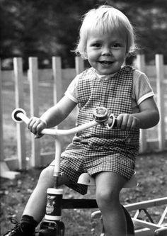 Op 11 oktober 1971 wordt prins Constantijn, de jongste zoon van prinses Beatrix en prins Claus, twee jaar.
