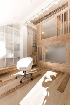 Etagenbetten aus hellem Holz in Nischen