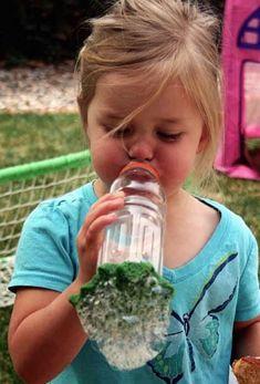 Petite fille qui souffle dans le souffleur à bulles de savon