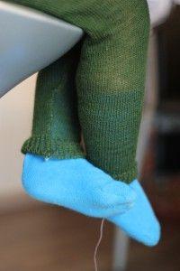 Garn: Tynn 2-tråds ull som passer til spenning 1 på en finstrikker Trådspenning: 1 Størrelse: 3-4 år Utgangspunktet på oppskriften på denne strømpebuksen har jeg tatt fra denne bloggen Om du ønske…