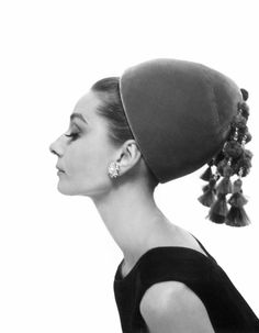 Audrey Hepburn photographed by Cecil Beaton mahkameh