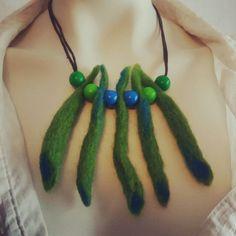 #design_by_itu #design #byitu #maria #kaulakoru #huopahelmet #vihreä #sininen #petroli #helmet #käsinhuovutettu #sinivalkoinenkädenjälki #sinivalkoinenjalanjälki