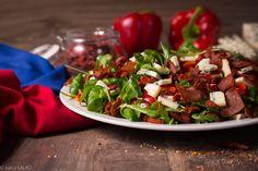 OSTRA JAGÓDKA. Sałatka z jagodami goji, papryką, suszonymi pomidorami, chipsami z kiełbasy krakowskiej, serem z niebieską pleśnią, rukolą, roszponką i pikantnym dressingiem.