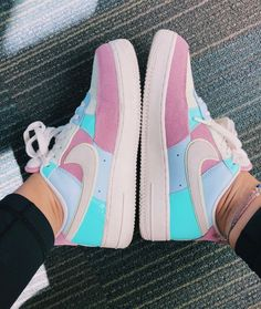casual outfits with sneakers nike shoes Nike Casual Shoes, Funny Shoes, Nike Shoes Air Force, Aesthetic Shoes, Cute Sneakers, Sneakers Nike, Hype Shoes, Fresh Shoes, Designer Shoes