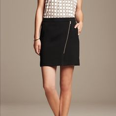 """Banana Republic wool side zipper skirt Fully lined wool blend skirt in a dark gray color. Side zipper is accented by faux leather strip. About 19"""" from top to bottom. Banana Republic Skirts Asymmetrical"""