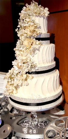 Old Hollywood wedding cake by Divine Desserts. Love the film reel cake stand!!