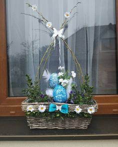Velikonocni dekorace na okno Easter Wreaths, Glass Vase, Centerpieces, House Design, Halloween, Spring, Fun, Inspiration, Home Decor