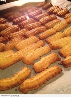 Składniki: 300 g maki pszennej 100 g cukru pudru 4 żółt… Baked Breakfast Recipes, Healthy Breakfast Smoothies, Breakfast Bake, Cookie Desserts, No Bake Desserts, Dessert Recipes, Polish Recipes, Yummy Cakes, Food To Make