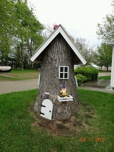 Make a tree stump fairy house - nice way to dress up an ugly stump and the little kids will be amazed. This would make a cute fairy house if cut down smaller Garden Crafts, Garden Projects, Dream Garden, Home And Garden, Gnome House, Casa Gnome, Fairy Houses, Outdoor Projects, Yard Art