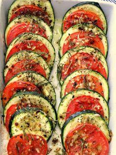 Às vezes você quer se dedicar a algo mais frugal, mas não menos saboroso. Então corte abobrinhas e tomates em rodelas, acomode eles em uma travessa, regue com azeite, tempero a gosto e coloque no forno. Como é bom!