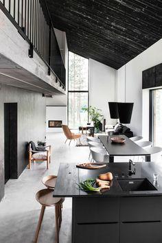 La petite cuisine autour d'un ilôt central fait partie intégrante de l'espace à vivre de ce loft.