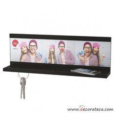 Cuelga llaves estantería con marco para 3 fotos e imán inferior para 4 juegos de llaves (45.3x14.3x9cm). Decoración de pasillos y recibidores pequeños - WWW.DECORATECA.COM