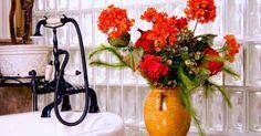 Para quem gosta de decorar a casa com flores, colocar algumas no banheiro é uma excelente opção para deixar o ambiente mais leve e sofisticado. Para não errar na escolha, é necessário levar em consideração alguns fatores como espaço, iluminaç&atild