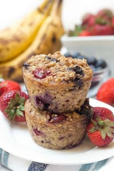 Mixed Berry Baked Oatmeal Cups- Like Muffins! - Healthy Liv These mixed berry baked oatmeal cups are a delicious, healthy make-ahead breakfast that you can eat Brownie Desserts, Oreo Dessert, Mini Desserts, Pavlova, Nutella, Mixed Berry Muffins, Cheesecake Oreo, Cheesecake Strawberries, Sauce Creme