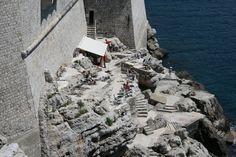 Kahvila upean rosoisella kalliolla. A cafe down the rocks. #Dubrovnik