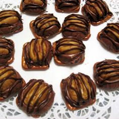 Pretzel Turtle: chocolate, caramel, pecans and a pretzel in one convenient package. I made these with the square pretzels, roasted pecans and Dove caramel chocolate squares! Dove Chocolate, Chocolate Caramels, Chocolate Treats, Chocolate Drizzle, Pretzel Turtle Recipe, Delicious Desserts, Dessert Recipes, Yummy Food, Rolo