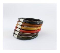 Original pulsera modular formada por seis pulseras redondas, cada una de ellas de cuero de color diferente con cierres magnéticos de acero inoxidable. http://www.tutunca.es/pulseras-autentico-cuero-italiano-colores