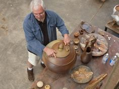 Alumno del Workshop de verano 2013 termina jarrón de cerámica en el taller del Centro de Arte Curaumilla.