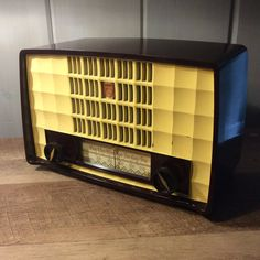 Philips antique mid century 50s  bakelite AM tube radio restored working.  Cute…