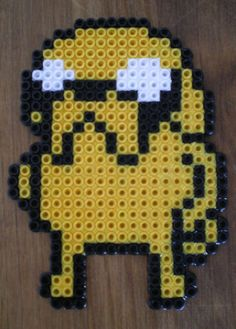 http://cartulina.es/perler-beads-ideas-creativo-pasatiempo/ Diseño hama beads - Jake de Hora de Aventura