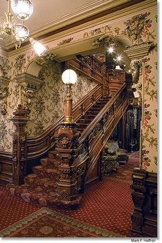 Grand Staircase of the Alexander Mitchell Mansion in Milwaukee, WI, 📷Mark Heffron Veľké schodisko kaštieľa Alexandra Mitchell v Milwaukee, WI, 📷 Mark Heffron Victorian Home Decor, Victorian Style Homes, Victorian Interiors, Vintage Interiors, Mansion Homes, Mansion Interior, Architecture Cool, Victorian Architecture, Grand Staircase