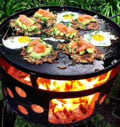 [Food] Smoked salmon with fried potatoes, farmhouse eggs, fresh avocado and herbs. Fire Pit Cooking, Fire Pit Grill, Fire Pit Backyard, Bbq Grill, Grilling, Fresh Avocado, Rocket Stoves, Camping Meals, Camping Gadgets