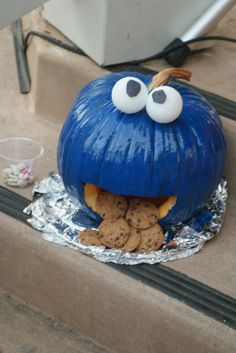 Get creative with your pumpkin this Halloween! We love this Cookie Monster pumpkin! Fröhliches Halloween, Holidays Halloween, Halloween Treats, Halloween Pumpkins, Halloween Decorations, Favorite Holiday, Holiday Fun, Holiday Crafts, Holiday Ideas