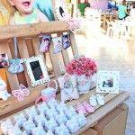 Mesa de doces e lembrancinhas da festa com borboletas e flores