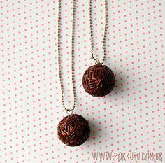 colar brigadeiro tradicional - sem forminha - pokkuru - doceria de bijoux Chocolate Dreams, Candy Crafts, Biscuit, Polymer Clay, Kawaii, Necklaces, Pendant Necklace, Gifts, Handmade