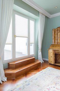 Treppe zu Balkon. Antik-Vitrine im Essbereich.    Foto: Viktoria Stutz
