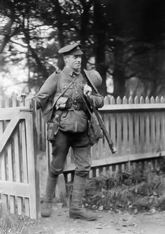 A soldier of the Sherwood Foresters (Nottinghamshire and Derbyshire Regiment) arriving home on leave during the First World War. (iwm.org.uk)