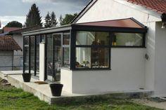 Plutôt qu'une terrasse ne servant que l'été, voici une véranda alu pour toute l'année.