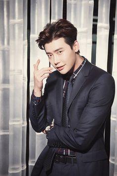 Viajando por el mundo POP - Espacio Kpop : Song Joong Ki y Lee Jong Suk aparecieron usando el mismo diseño de ropa . ¿A quien le queda mejor el traje?